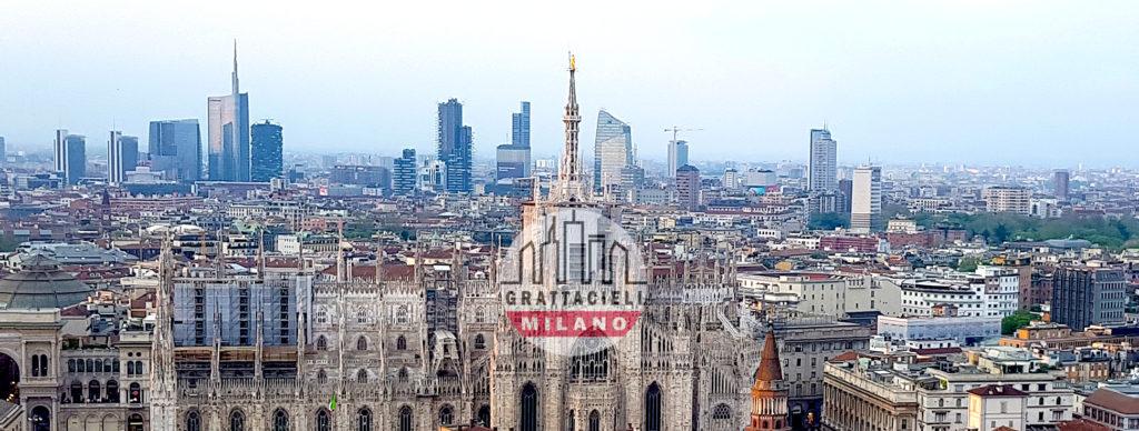 Madonnina tra lo Skyline di Milano
