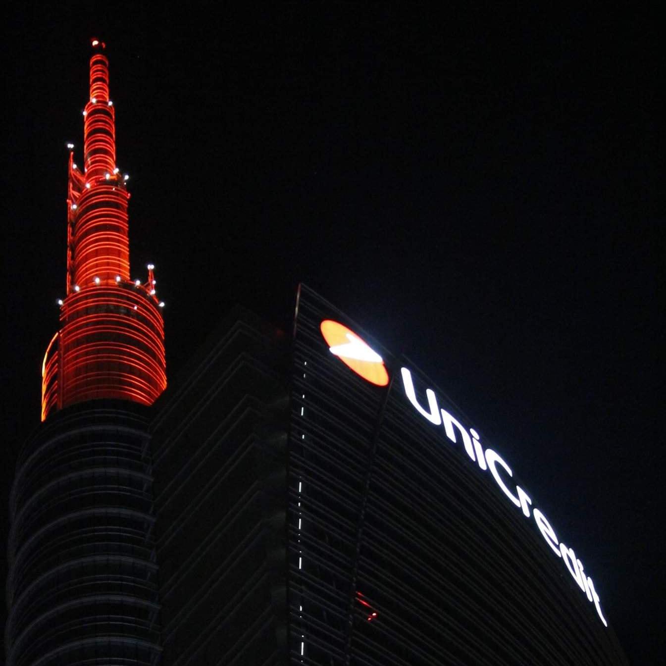 La guglia di Unicredit Tower tinta di rosso