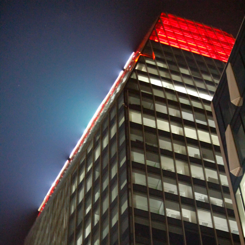 La punta della Diamond Tower tinta di rosso