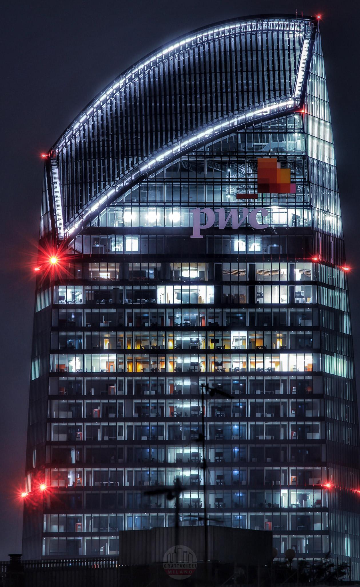 Torre PwC con la corona illuminata per la prima volta (ottobre 2020). Photo by Alessandro Barberio